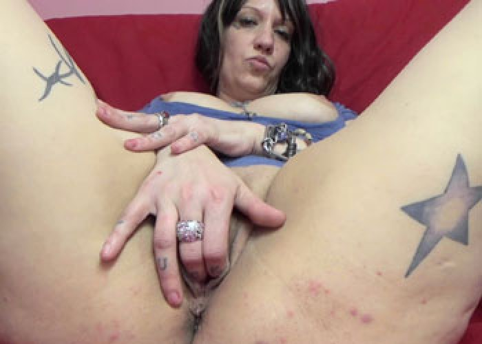 Tattooed MILF Lexxi is masturbating